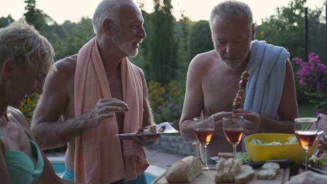 vídeos de stock e filmes b-roll de seniors bbq party by the pool - carne