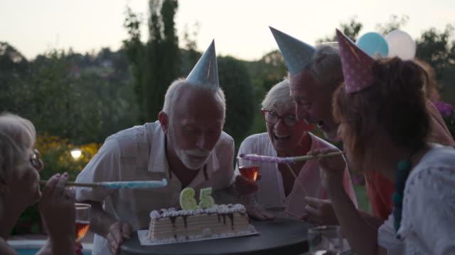 senioren-geburtstags-party - geburtstag stock-videos und b-roll-filmmaterial