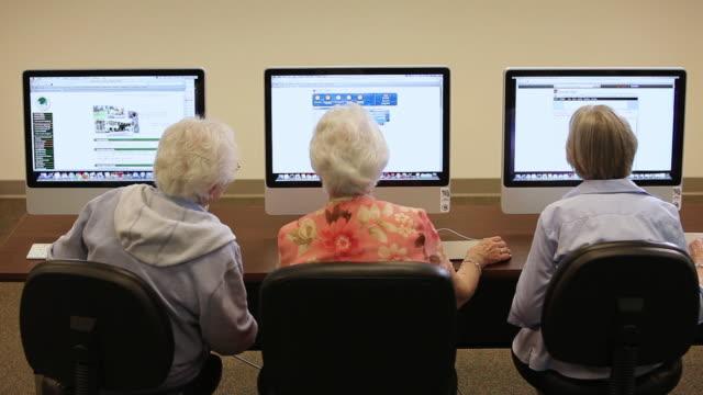 "vídeos de stock e filmes b-roll de ""ms seniors citizens at computer lab / laguna woods, ca, united states "" - idoso na internet"