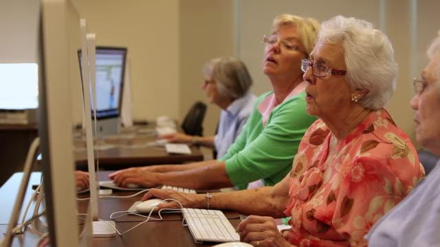 "vídeos de stock e filmes b-roll de ""ms r/f seniors citizens at computer lab / laguna woods, ca, united states "" - idoso na internet"