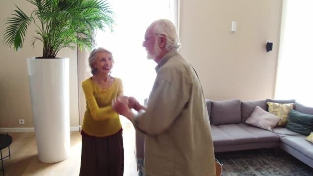 vidéos et rushes de personnes âgées dansant dans le salon - appartement