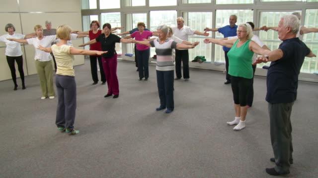 vídeos de stock, filmes e b-roll de hd: idosos fazendo exercícios de pilates - pilates