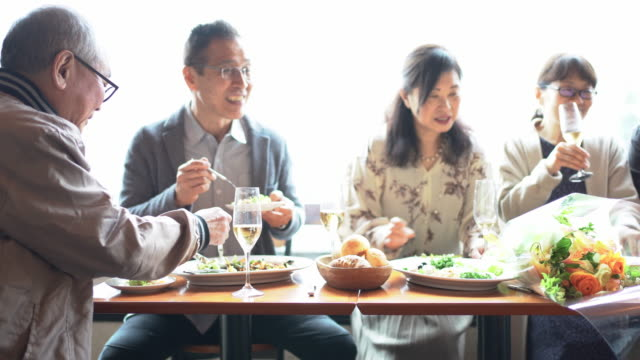 seniors enjoying eating out with friends - 談笑する点の映像素材/bロール