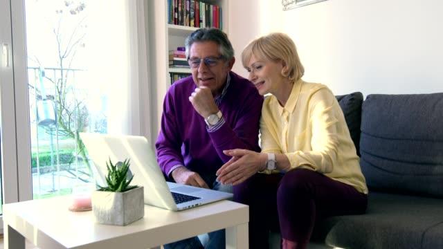vídeos de stock e filmes b-roll de seniors enjoying in technology - idoso na internet