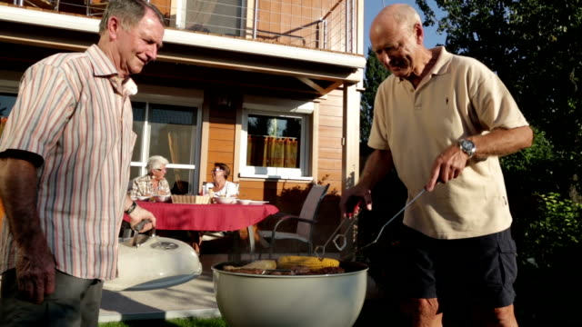 seniors garden grilling in summer - nachbar stock-videos und b-roll-filmmaterial