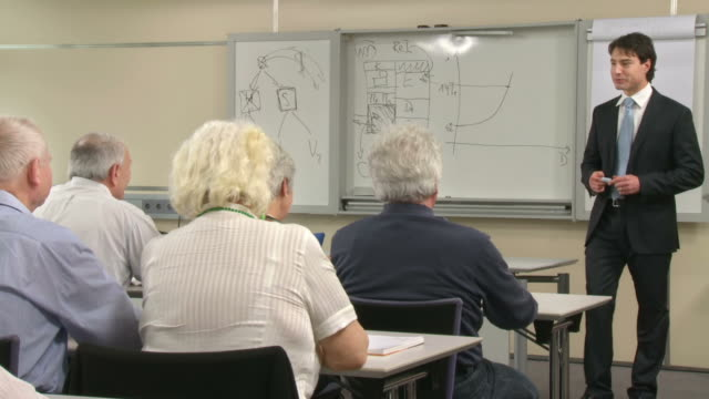 HD: Senioren geben Beifall im Seminar