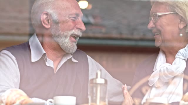 vídeos y material grabado en eventos de stock de seniors divirtiéndose - pareja mayor