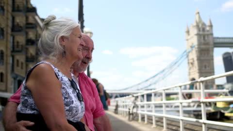 seniors in the city - 跳開橋点の映像素材/bロール