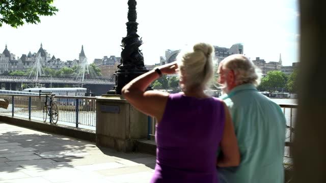 vídeos de stock, filmes e b-roll de seniors in the city - de braços dados