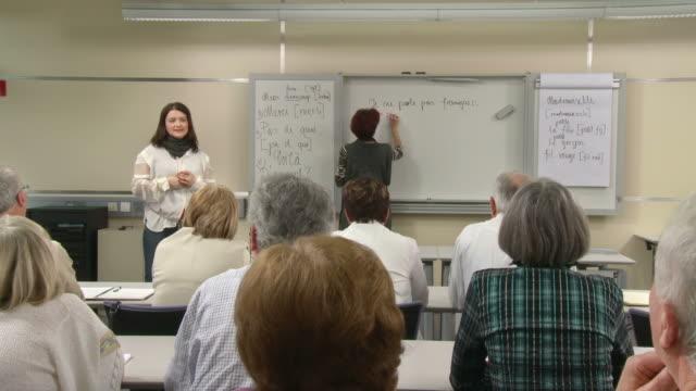 hd: anziani formazione francese - istruzione post secondaria video stock e b–roll