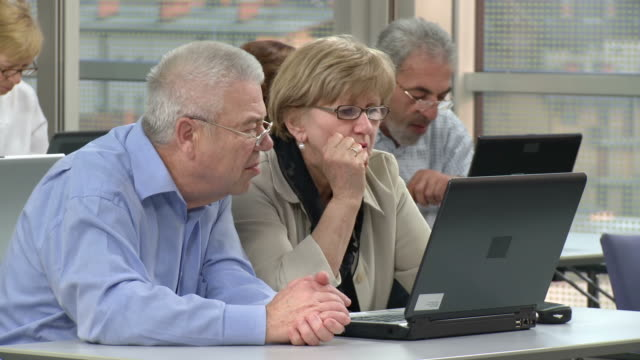 vídeos de stock, filmes e b-roll de hd: idosos aprendendo os conceitos básicos de computadores - aluno mais velho