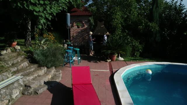 バーベキューの高齢者 - バーベキューグリル点の映像素材/bロール