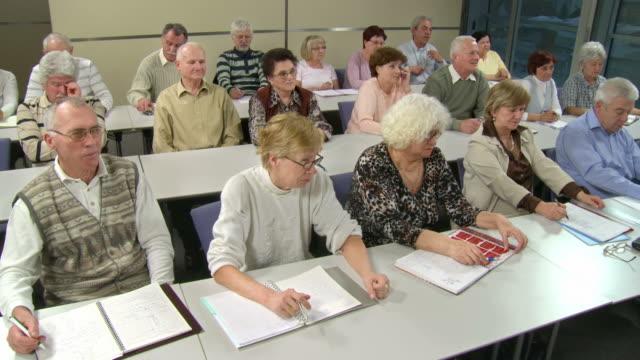vídeos de stock, filmes e b-roll de hd: idosos no seminário - aluno mais velho