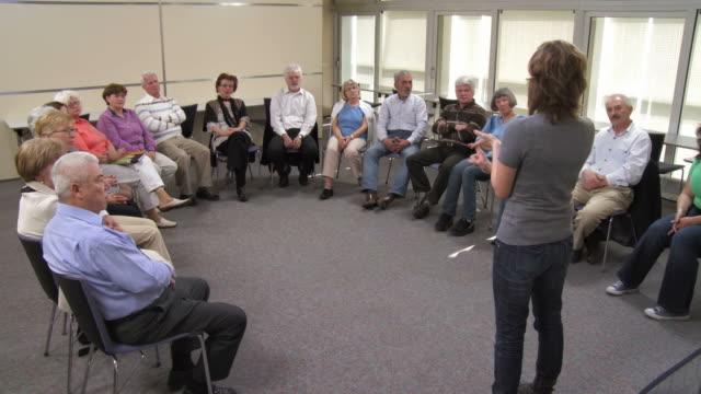 vídeos de stock, filmes e b-roll de hd: idosos participantes a discussão em grupo - aluno mais velho