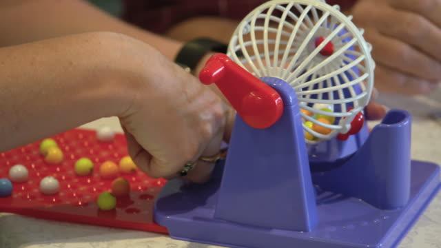 stockvideo's en b-roll-footage met oudsten die bingo spelen - woongemeenschap ouderen