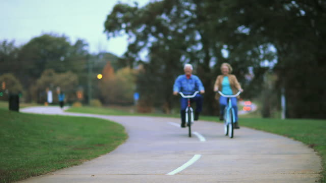 stockvideo's en b-roll-footage met seniors riding bikes in park - rijwiel