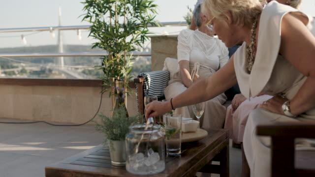 vidéos et rushes de groupe de personnes âgées sur le toit - septuagénaire