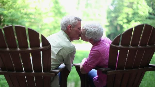 senioren sitzen im freien im adirondack-stühle - zungenkuss stock-videos und b-roll-filmmaterial
