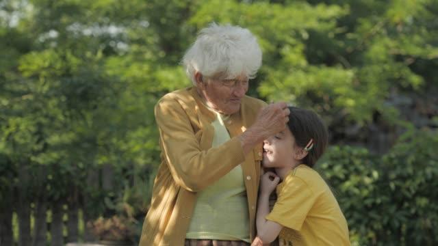senioren, die zeit mit der familie zu verbringen. echte menschen. - großmutter stock-videos und b-roll-filmmaterial