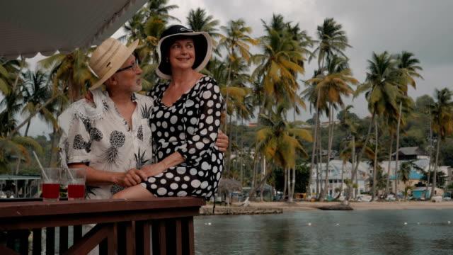 stockvideo's en b-roll-footage met seniors taking on the world - tropische drankjes