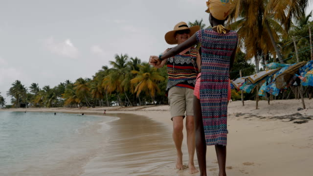 vídeos de stock, filmes e b-roll de seniors taking on the world - turismo urbano