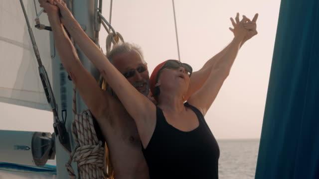 vidéos et rushes de seniors taking on the world - bras en l'air