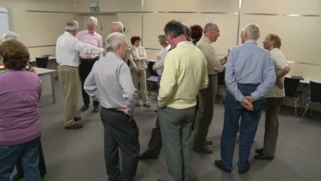 hd :シニアセミナー休憩中に話し - 首脳会議点の映像素材/bロール