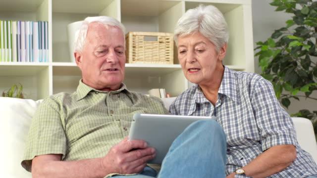 HD DOLLY: Senioren, die einen Tablet-Computer