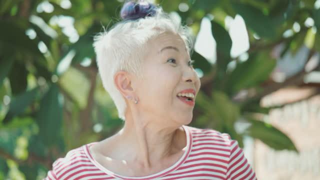 シニア女性は、彼女の物語に話しながら楽しむように。東南アジア・東アジア:50歳以上の方 - 連邦議会議員点の映像素材/bロール