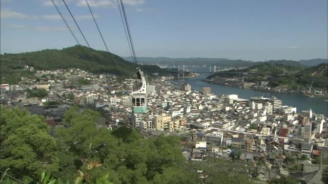 vidéos et rushes de a senkoji ropeway gondola ascends mount senkoji. - hiroshima prefecture