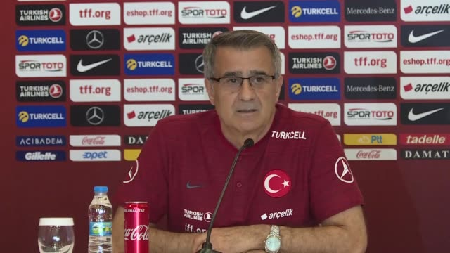 vídeos de stock, filmes e b-roll de senol gunes head coach of turkish national football team speaks at a press conference in belek district of antalya turkey on may 27 2019 turkey's... - senol guenes