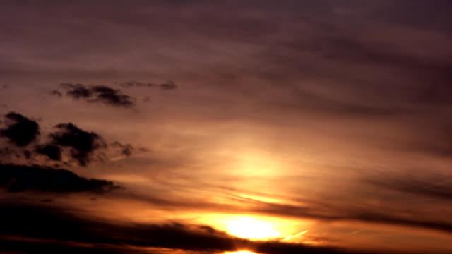 sensationelle wolkengebilde - sonnenuntergang stock videos & royalty-free footage