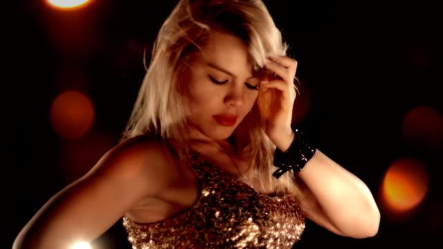 sinnliche blondes mädchen in nachtclub hd - - strip stock-videos und b-roll-filmmaterial