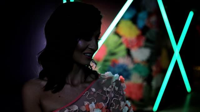 vídeos de stock e filmes b-roll de sensual brunette in elegant dress - vestido branco