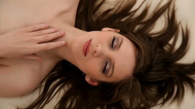 vídeos y material grabado en eventos de stock de sensual dama tocando la piel lentamente, abre los ojos - articulación humana