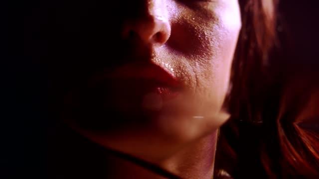 sinnliche nasse frau mit roten lippen - lippenstift stock-videos und b-roll-filmmaterial