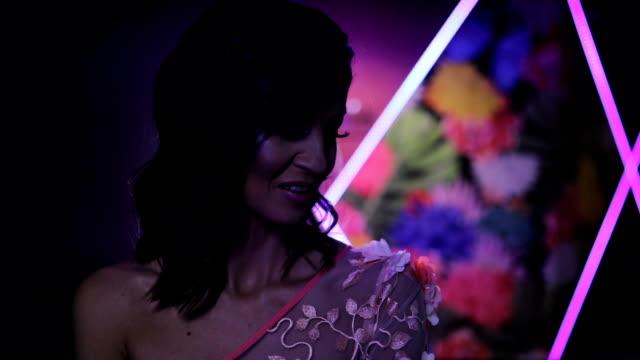 vídeos de stock e filmes b-roll de sensual woman in elegant dress - vestido branco