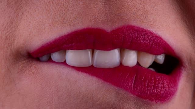 vidéos et rushes de la bouche sensuelle de femme - se mordre les lèvres
