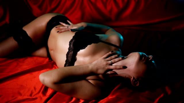 vídeos y material grabado en eventos de stock de sensual jovencita en la cama - lencería