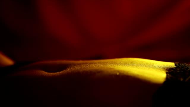 ベッドの中で官能的な若い女性 - 臍点の映像素材/bロール