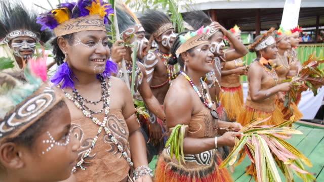 vídeos y material grabado en eventos de stock de sentani lake festival papua. - cabaña de paja