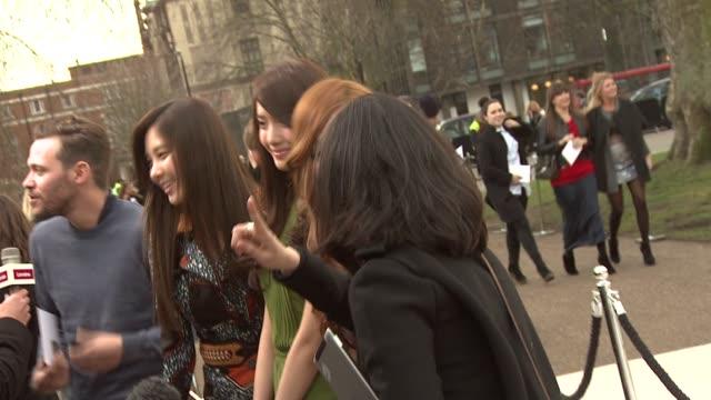 vídeos de stock, filmes e b-roll de seohyun yoona and tiffany from girls generation at burberry prorsum red carpet arrivals london fashion week autumn/winter 2012 at kensington gardens... - semana da moda de londres