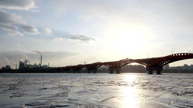 seongsandaegyo bridge and frozen han river at daytime - 水の形態点の映像素材/bロール
