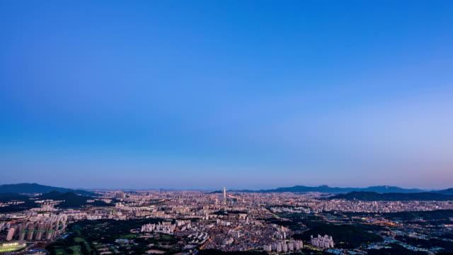 vídeos de stock, filmes e b-roll de seoul city in distance at sunrise - time lapse da noite para o dia
