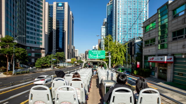 stockvideo's en b-roll-footage met seoul city tour bus on 'downtown palace namsan course' / seoul, south korea - informatiebord