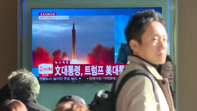 stockvideo's en b-roll-footage met seoul residents watch news reports of north korea's latest missile test at seoul train station after north korean leader kim jong un says his country... - raket wapen