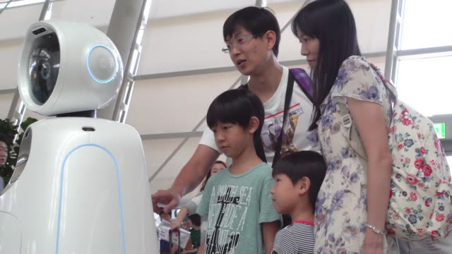 seoul's incheon airport has launched fully automated roaming robots to assist passengers the machines called airstar can speak four languages guide... - 搭乗者点の映像素材/bロール