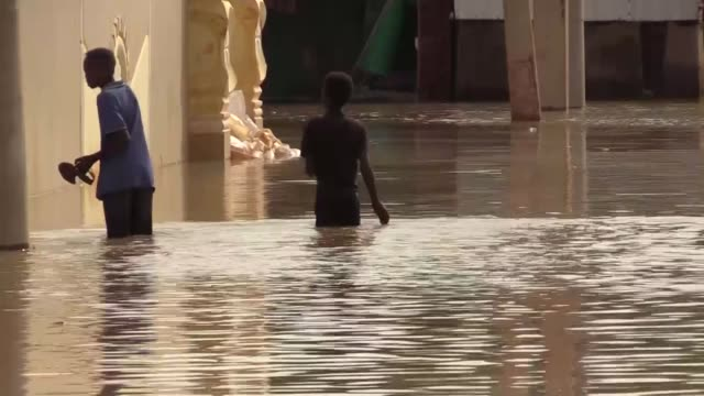 vídeos de stock e filmes b-roll de separate areas in the sudanese capital, khartoum, witnessed heavy rains as floods continued to flow on september 08, 2020. torrential rains... - coordenação