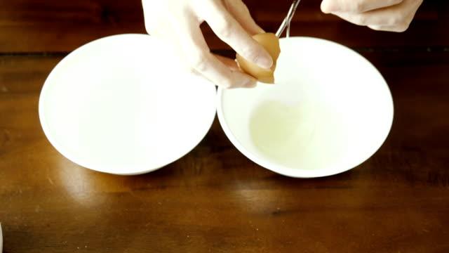 vidéos et rushes de séparation de blanc d'oeuf jaune - yellow