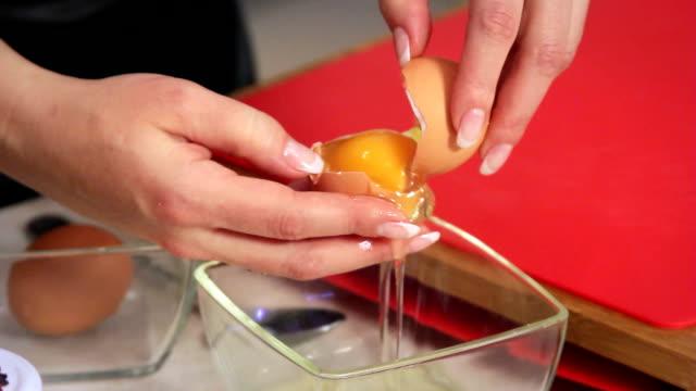 vídeos de stock, filmes e b-roll de separando gema de ovo branco. - gema de ovo